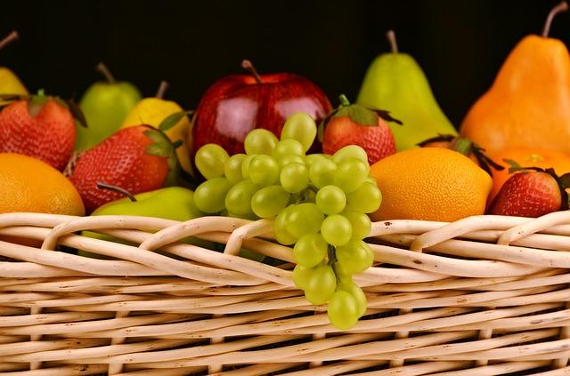 La señora llena la canasta de fruta