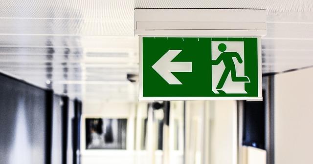 Emergency exit, English translation of Saida de emergencia