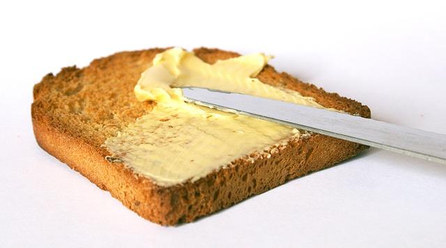 El niño come pan y mantequilla